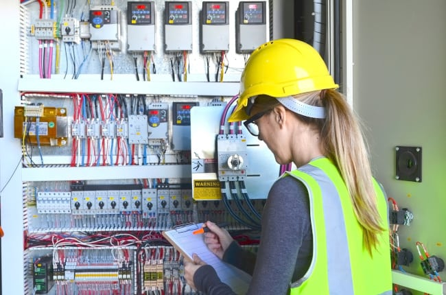 Electrical Contractors vs. Unlicensed Electricians: Who Does Which Job Best?